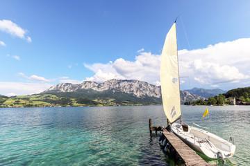 Blick auf Attersee mit Segelboot und Alpen bei Nussdorf, Salzburg Österreich Europa