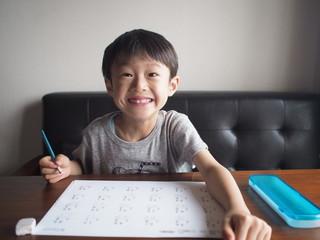 宿題ができた笑顔の子供