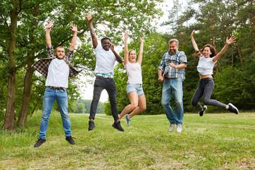 Gruppe Leute beim Springen in der Natur