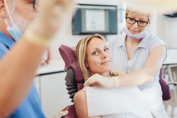 entspannte Patientin in einer Zahnarzt-Praxis