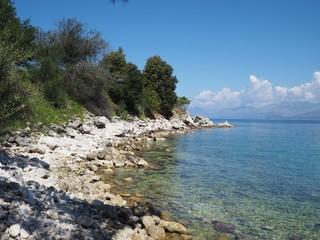 Badebucht mit Steinstrand auf Korfu, Griechenland