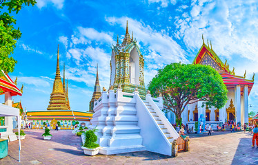 The large courtyard of Wat Pho temple, Bangkok, Thailand Fototapete