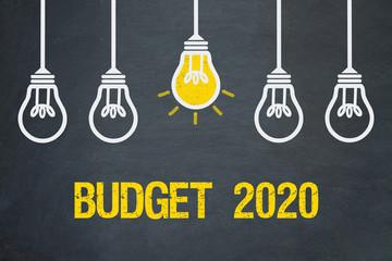 Budget 2020 / Tafel mit Glühbirnen