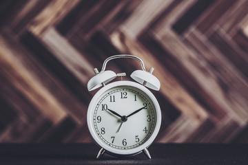 目覚まし時計と木目調背景