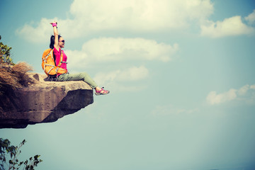 Successful woman hiker enjoy the view on mountain top rock edge Fototapete