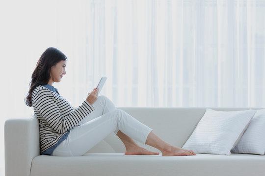 タブレットPCを見る女性