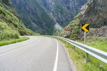 Landstrasse im Mabo Tal in Norwegen