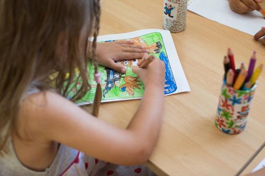 Kindergarten Kind malt