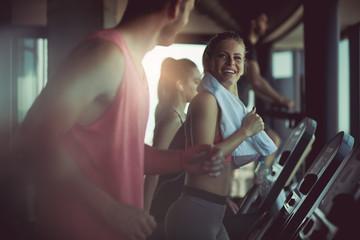 Having a gym buddy makes exercising more fun. Fototapete