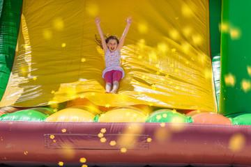 magnifique fillette dans les jeux gonflables