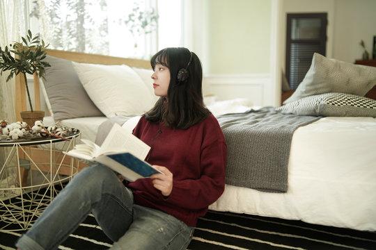 독서 중 젊은 여성