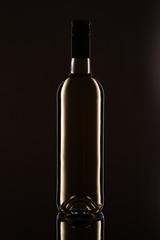Flasche Weisswein im Gegenlicht