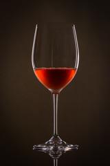 Weinglas mit Roswein im Gegenlicht