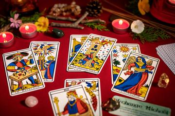 Tarot de Marseille tirage de carte divinatoire en cartomancie