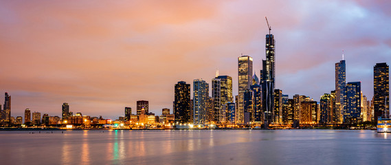 Photo sur Toile Chicago Panoramic view of Chicago city high rise buildings cloudy sky in the evening