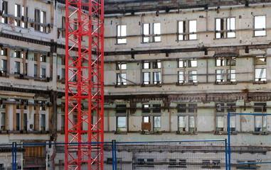 Papiers peints Rouge, noir, blanc Red crane at demolition site at Government street
