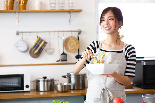 キッチンで料理をする主婦
