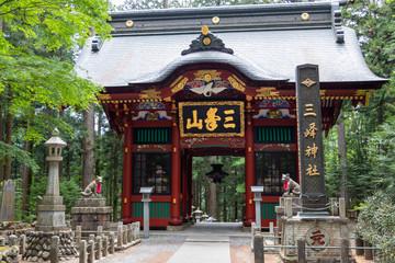 三峰神社の随身門