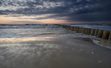 Falochron na Bałtyku - zachód słońca sztorm