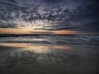 Morze zachód słońca -sztorm na plaży