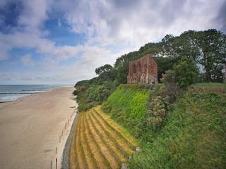 Trzęsacz - plaża, klif i ruiny kościoła - widok z pomostu