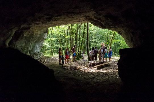 Groupe à l'entrée d'une grotte