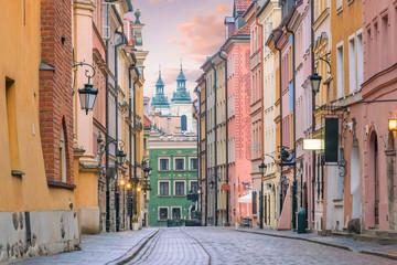 Obraz Malownicza uliczka na starym mieście w Warszawie - fototapety do salonu