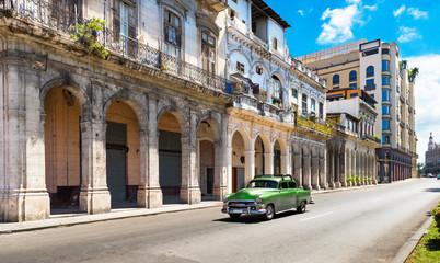 Poster de jardin Havana Grüner amerikanischer Oldtimer auf der berühmten Hauptstrasse Jose de Marti in Havanna City Kuba - Serie Kuba Reportage