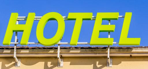 Enseigne  d'hôtel, lettres lumineuses
