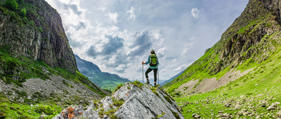 Frau mit Rucksack beim Wandern Fotomurales