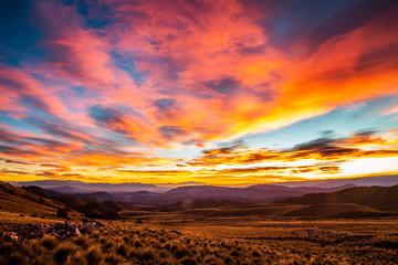 Splendida alba a Tres Piedras, nella riserva naturale Famatina, La Rioja, Argentina