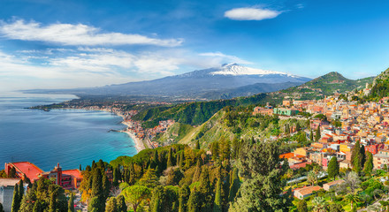 Aquamarine blue waters of sea near Taormina resorts and Etna volcano mount Fototapete