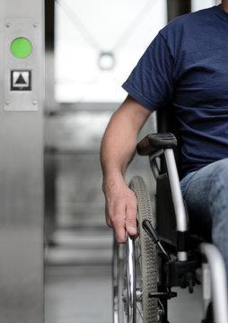 Person im Rollstuhl Rollstuhfahrer behindertengerecht barrierefrei Eingang Aufzug