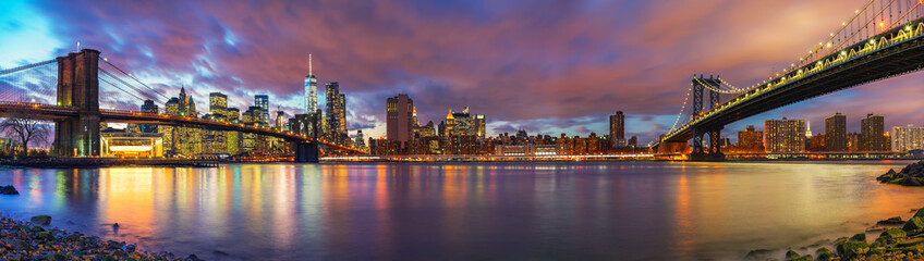 Fotomurales - Brooklyn bridge and Manhattan bridge after sunset, New York City