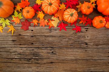 Autumn leaves on wooden background Fototapete