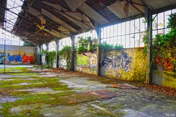 Entrepôt abandonné avec tag