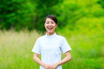 医療・女性・緑背景