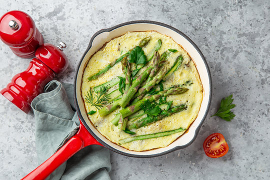 omelette with asparagus on pan