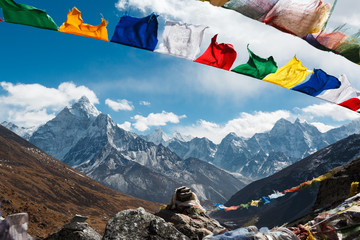 Fototapeta Evverest trekking. Beautiful view of the valley of Nepal. In the frame of the mountain and prayer flags of Nepalese with prayers. Nepal. obraz