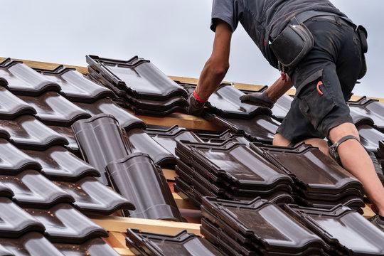 Die letzten Dachziegel werden aufgelegt