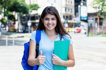 Türkische Studentin geht motiviert zur Uni