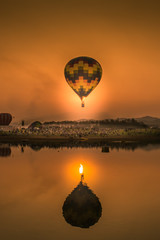 Poster Montgolfière / Dirigeable hot air balloon over lake at sunset