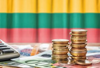 Fotomurales - Geldscheine und Münzen vor der Nationalflagge Litauens