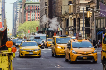 Foto auf AluDibond New York TAXI Street view of medallion yellow cabs in Manhattan New York