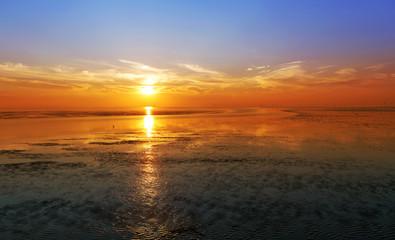 Sonnenuntergang über dem Weltnaturerbe Wattenmeer bei Bremerhaven an der Nordseeküste