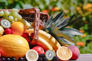 Viele reife Sorten an Früchten im Korb auf einem Holztisch