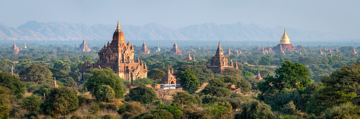 Photo sur Plexiglas Bleu ciel Temples and pagodas in Bagan as panorama background