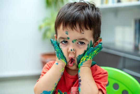 Niño con la  cara llena de pintura 24