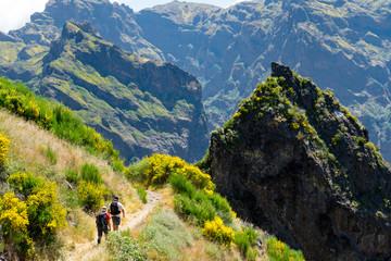 Madeira - Wandern im Zentralgebirge: ZWei Wanderer auf Pfad
