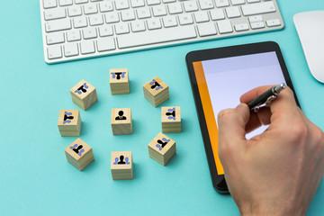Der Projektleiter ist mit seinem Team digital vernetzt, Würfel Konzeptbild
